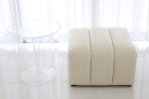 透明テーブルとソファー