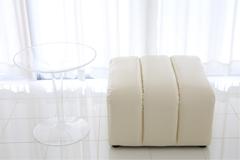 スタジオCの透明テーブルと椅子