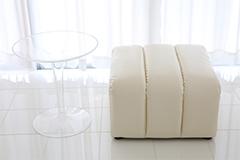 ソファーと透明のテーブル